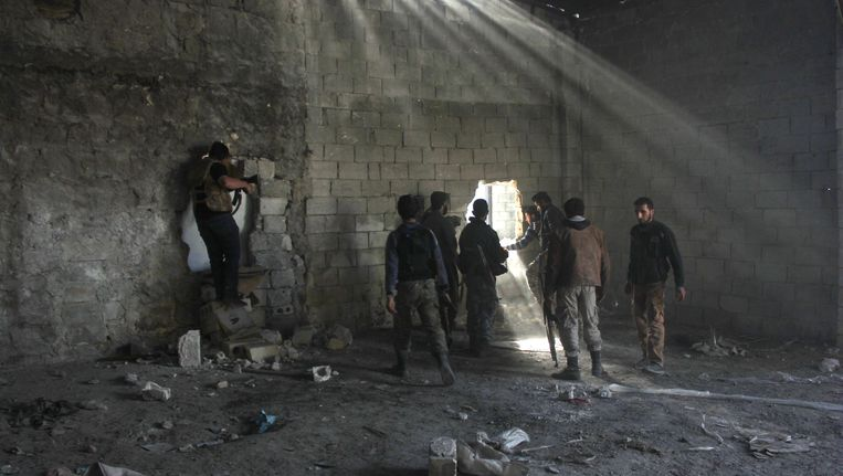 Rebellen in Aleppo houden zich schuil voor de troepen van Assad. Beeld AFP