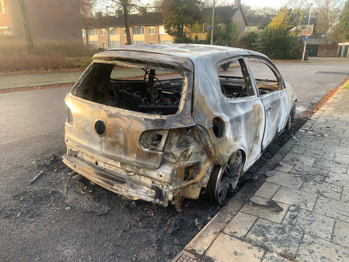 Auto uitgebrand in de Van Zinnicqstraat in Eindhoven.