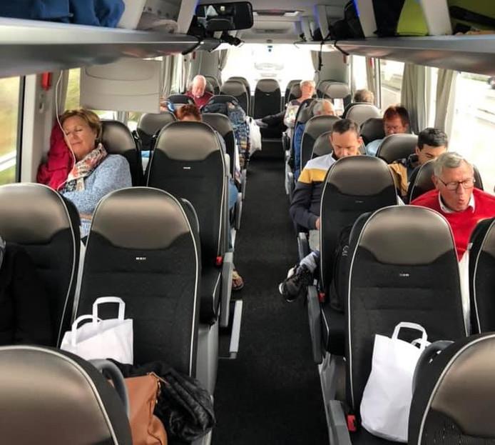 Twee stoelen per persoon om voldoende afstand te bewaren. Nederlandse passagiers van de MSC Splendida zijn onderweg naar huis.