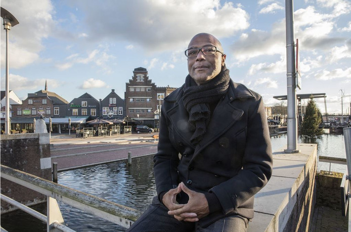 Planoloog drs. Leo Grunberg is aangesteld als marketeer in Helmond. Op de achtergrond de terrassen aan het kanaal dat dwars door Helmond loopt.
