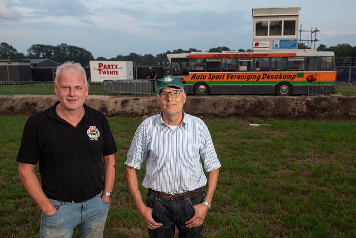 Tim Oude Hendrikman en Bennie Wiefferink van Auto Sport Vereniging Denekamp (ASVD) stropen deze week hun mouwen op, voor de veertigste autorodeo in hun dorp.