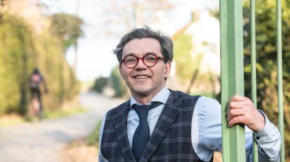 """Peter De Deken heeft zijn restaurant op de flank van de Molenberg: """"Als koers passeert, ligt service even stil en kruip ik op het dak"""""""
