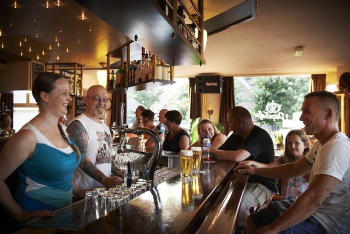 Gerry en Patricia Krikke achter de bar van het Dorpskaffee