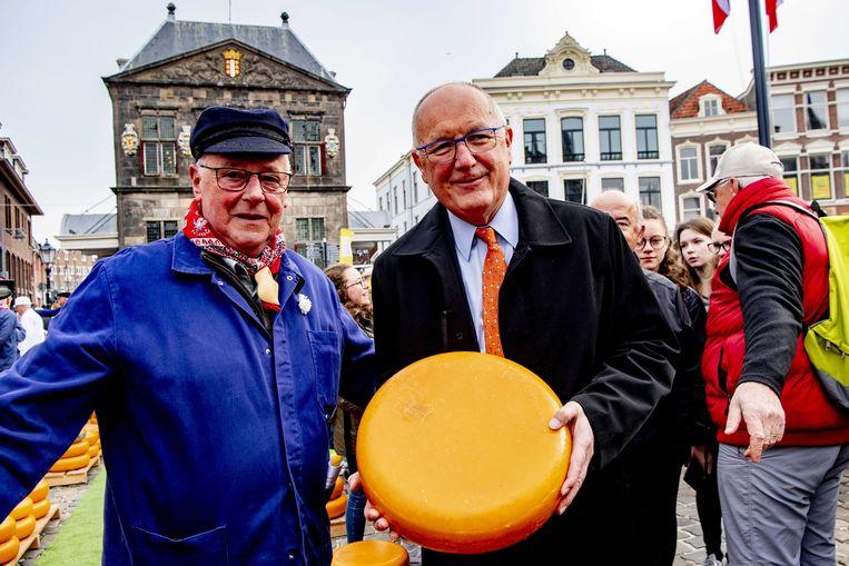 De ambassadeur van de Verenigde Staten Pete Hoekstra tijdens de opening van de Goudse kaasmarkt. Beeld ANP