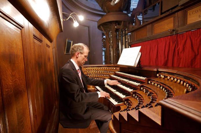 Peter Eilander speelt klassieke muziek tijdens het vierde Orgelzomer-inloopconcert op Urk.