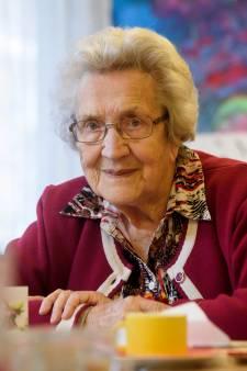Mevrouw Dina (100) uit Best checkt nog altijd het nieuws