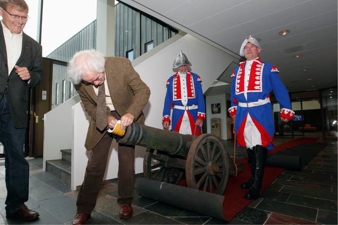 Hans de Boer (geheel links) op het moment dat hij in 2011 samen met historie-kenner Ab Goutbeek de canon van Dalfsen presenteerde.