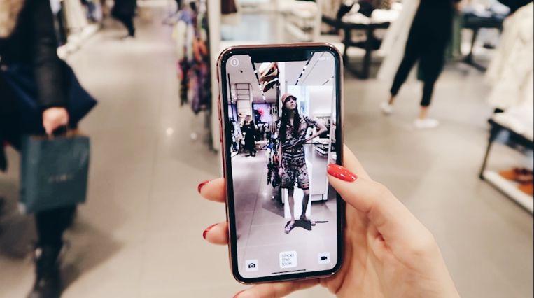 Winkelen 'door je mobiel'.  Beeld