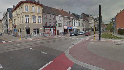 Kind (10) naar ziekenhuis nadat vrachtwagen over zijn voeten rijdt, chauffeur wordt gezocht