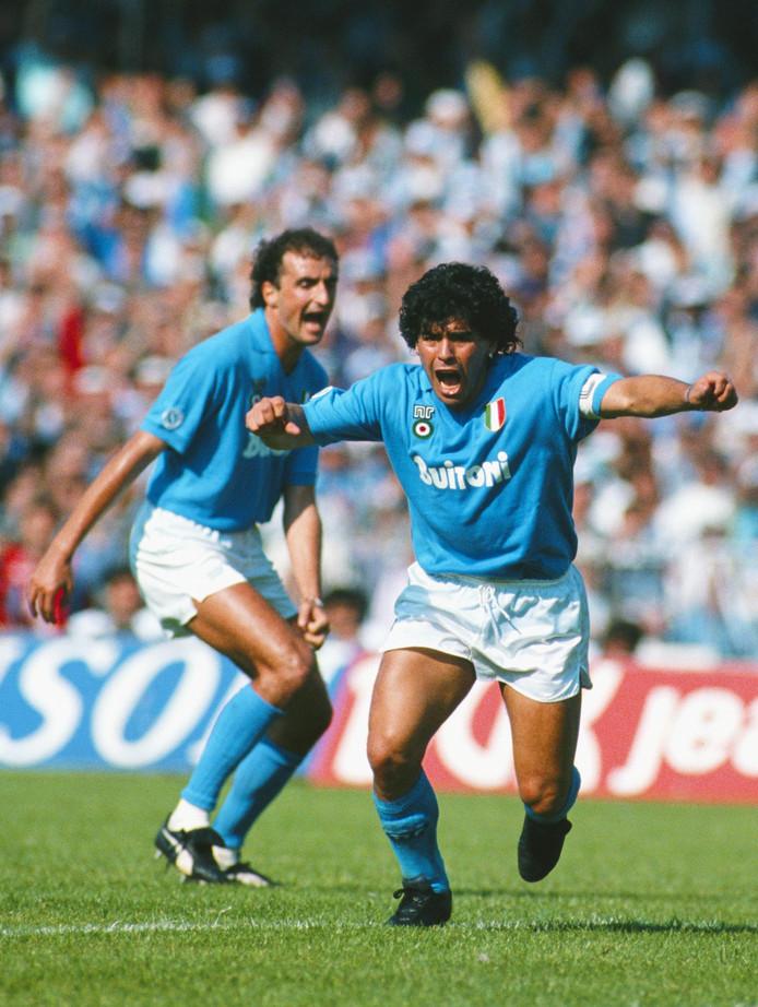 Diego Maradona viert een goal namens Napoli tegen AC Milan.