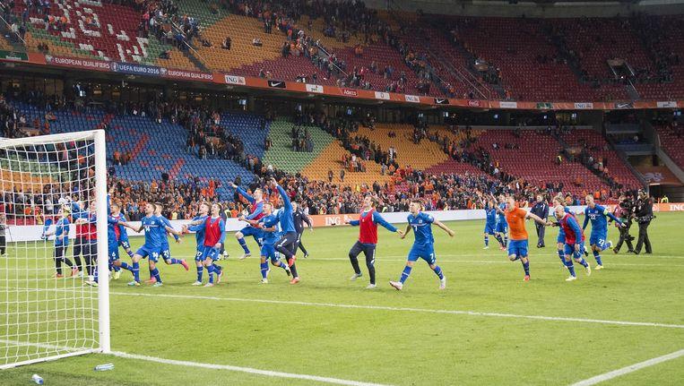 Terwijl IJsland de knappe overwinning op het Nederlands Elftal uitbundig viert, loopt de Arena leeg. Beeld anp
