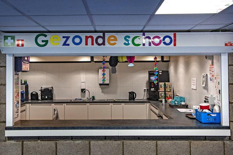 De keuken van de Mr. de Jonghschool in Amsterdam-Nieuw West. Beeld null