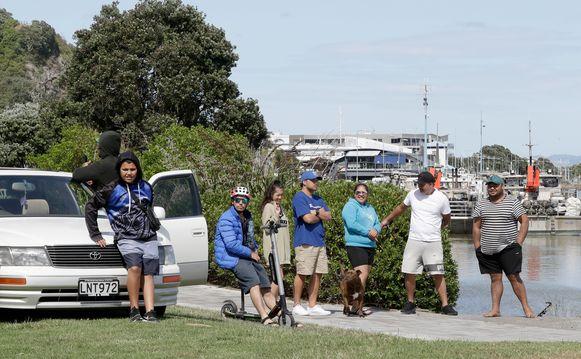 Mensen vandaag aan de kust van Whakatane, Nieuw-Zeeland.