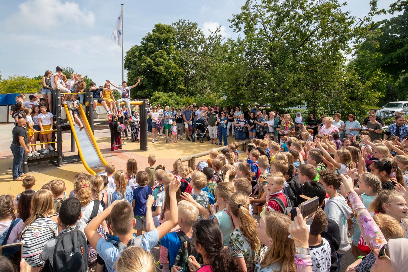 Afsluiting van het schooljaar op de Prins Clausschool in Tiel, groep 8 wordt toegezongen.