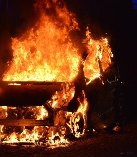 Vuurwerk ontploft tijdens blussen autobrand in Breda