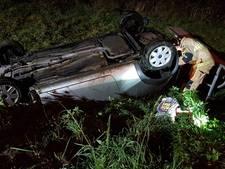 Auto uit de bocht op A1 bij Hengelo, vrouw gewond naar ziekenhuis