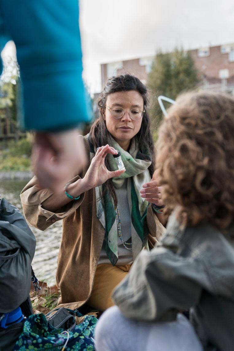 Li An Phoa doet met kinderen allerlei metingen in de rivier De Schie. Beeld Eva Faché