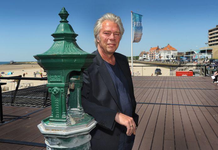 Ruud Kleefman van de POV op het plankier boven Pier 7, een van de verzamelplaatsen voor hangjongeren op de Vlissingse boulevard.