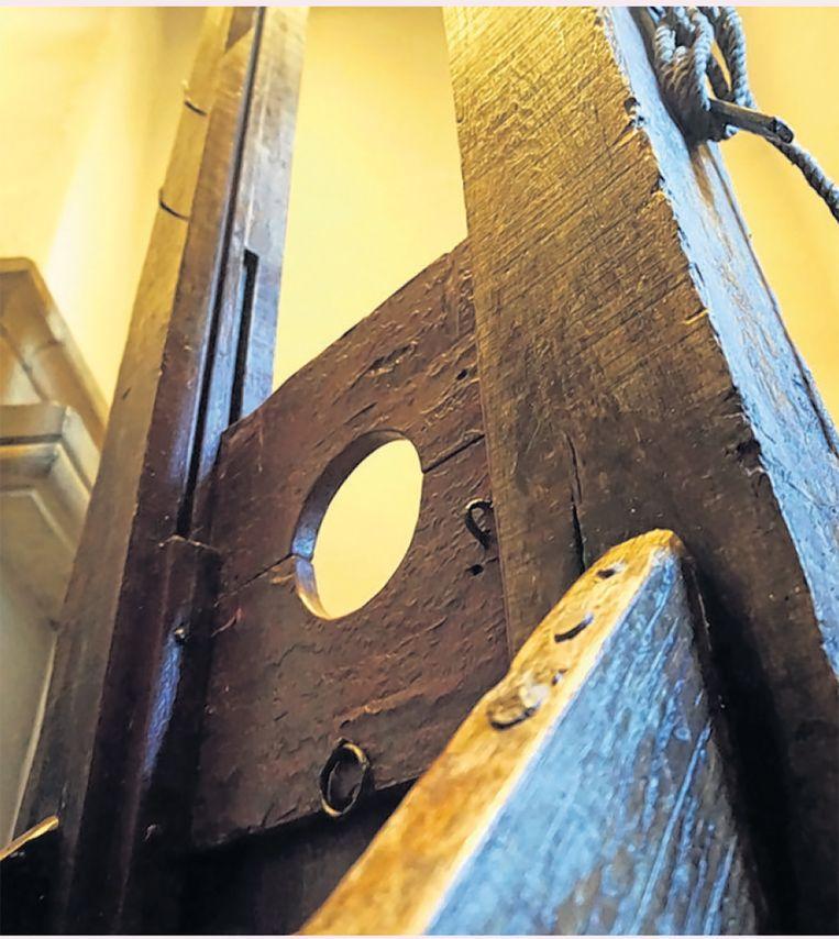Een achttiende-eeuwse guillotine. Museum de Gevangenpoort. Beeld -