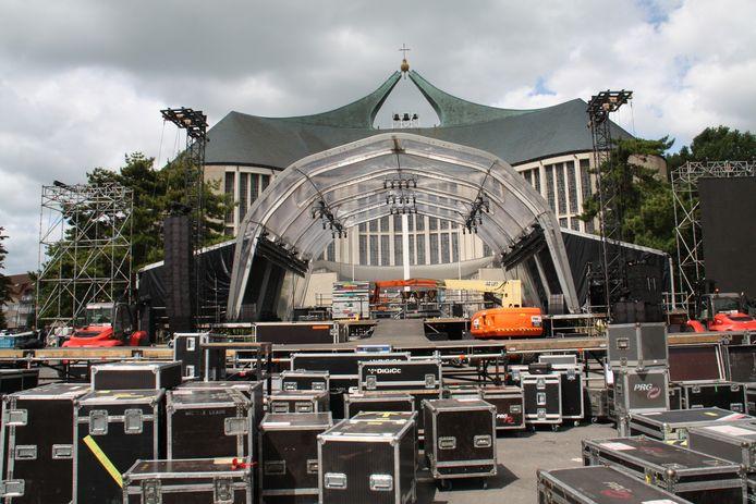 Het podium voor de OLV Ter Duinenkerk in Koksijde. Hier zullen de artiesten donderdag optreden tijdens de eerste zomereditie van The Night of the Proms