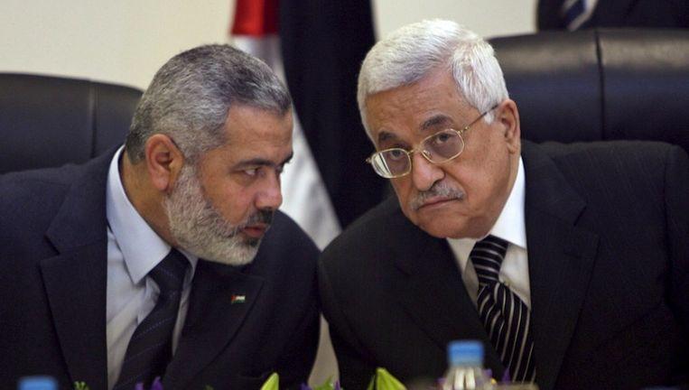 De Palestijnse president Mahmoed Abbas (R) en Hamasleider Ismail Haniyeh (L) op een archieffoto uit 2007. Beeld epa