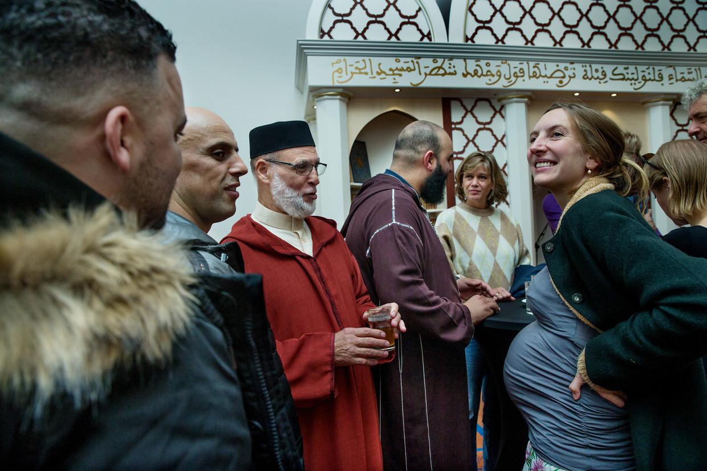De imam van de Blauwe Moskee in Amsterdam in gesprek met buurtbewoners.