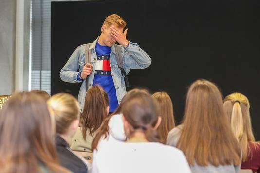 Jeroen van theatergroep Helder Theater tijdens de voorstelling 'No Filter' op het Sondervick College in Veldhoven.