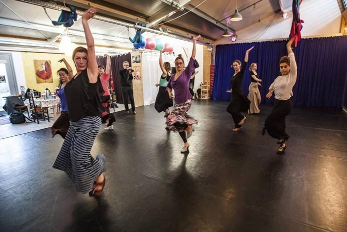 Jorien Maters (voorgrond) is een van de dansleraren die maandagmiddag in Deventer in de leer gingen bij Maria Juncal (r).