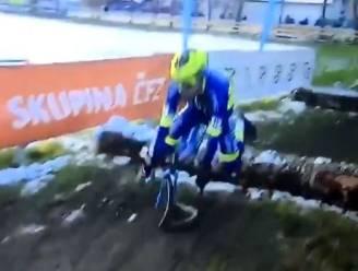 Pech voor Toupalik: voorwiel Tsjechische crosser breekt bij sprong over boomstammen