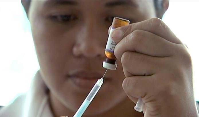 Une infirmière prépare un vaccin contre la rougeole.