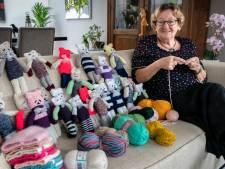 Annie is verslaafd aan breien én aan knuffelbeertjes: 'Het helpt me door deze rottijd heen'
