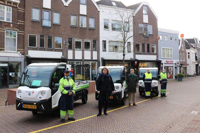 Medewerkers van Cyclus, wethouder Hilde Niezen van Gouda en directeur Linda Boot van Cyclus bij drie van de vijf elektrische voertuigen(Goupils).