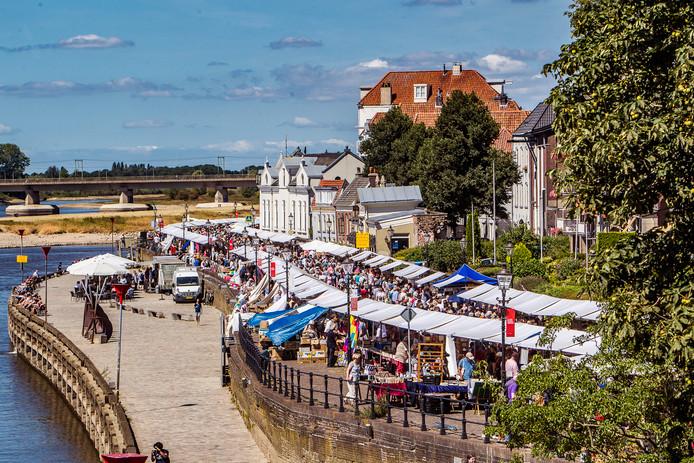Langs de IJssel schuifelden tienduizenden bezoekers langs de kraampjes.
