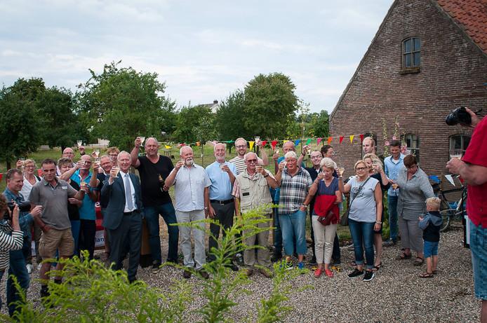Onder grote belangstelling opende wethouder Jan van Baal woensdagavond de door omwonenden opgeknapte bongerd in Andelst.