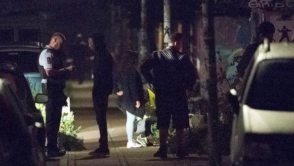 Agenten onderzoeken de plaats van het incident.