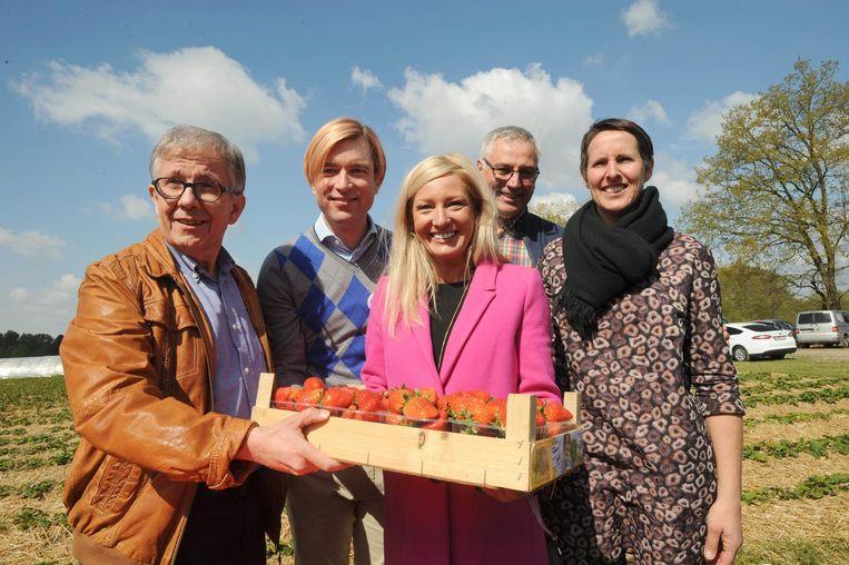 Burgemeester Paul Verbeeck van Nijlen en Showbizz Bart veilden de eerste aardbeien van het bedrijf van Griet Van Olmen en Johan Vermeiren. Brenda Dockx mocht het eerste kistje in ontvangst nemen.