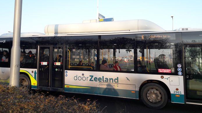Een redelijk gevulde bus lijn 6 bij vertrek in Terneuzen.