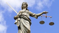Acht jonge extreemrechtse verdachten voor rechter in Frankrijk wegens plannen aanslagen op moskeeën, Noord-Afrikanen en politici