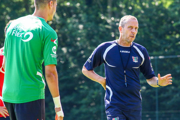 Adrie Bogers (rechts) was vorig seizoen een half jaar hoofdtrainer bij NEC.