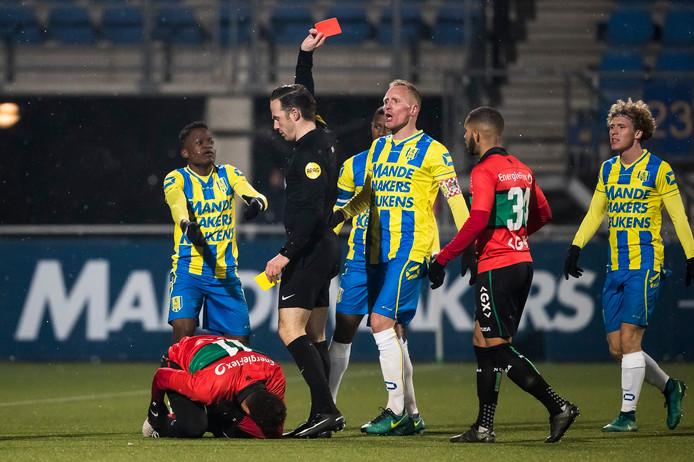 Robby Ndefe (links) krijgt de rode kaart van scheidsrechter Edwin van de Graaf.