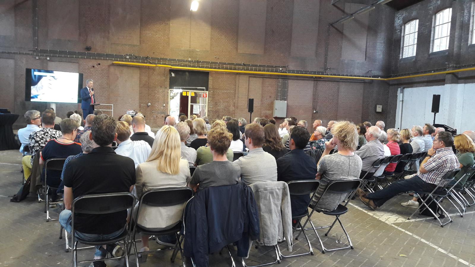 Wethouder Leon Meijer informeert een goed gevulde zaal over het World Food Center.