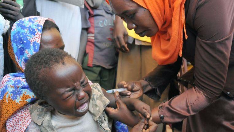 Een kind in een vluchtelingenkamp in Darfur wordt ingeënt. Beeld afp