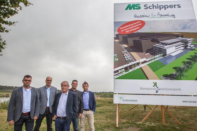 Guus Schippers, verkoopdirecteur John van den Broek, grondlegger Martien Schippers, Harrie Schippers en broer Mark Schippers (v.l.n.r.) op de plek waar in 2018 het nieuwe MS Schippers moet verrijzen.