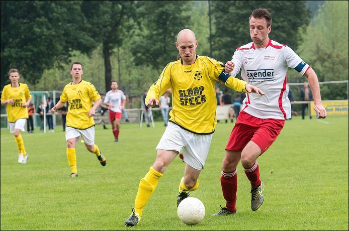 Vianen Vooruit-aanvoerder Roy Daamen jaagt HBV'er Ruud Toonen op in het heenduel in de nacompetitie.