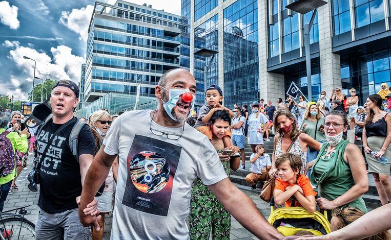 Ook bij ons roert de antivaccinatiebeweging zich. Bij het protest tegen de coronamaatregelen in Brussel op 16 augustus werd onder andere twijfel geuit over vaccins. Beeld Tim Dirven