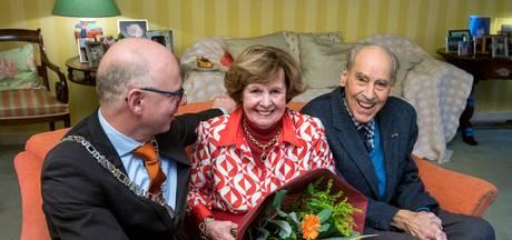 Nieuwe burgemeester Rheden bezoekt eerste feestvierende bruidspaar