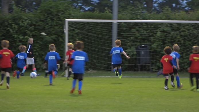 Het Luilakvoetbal start om 03.00 uur 's nachts in Boskoop.