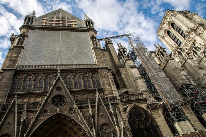 De noordkant van de Notre-Dame. De renovatiewerkzaamheden hier zijn stilgelegd nadat er lood werd aangetroffen dat gevaarlijk zou kunnen zijn voor de werklieden.