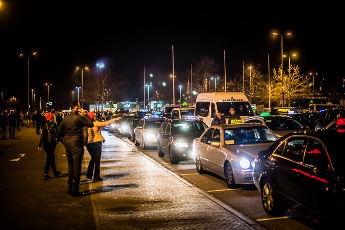 Rijen taxi's bij Gelredome wachten op de bezoekers van de Snollebollekes.