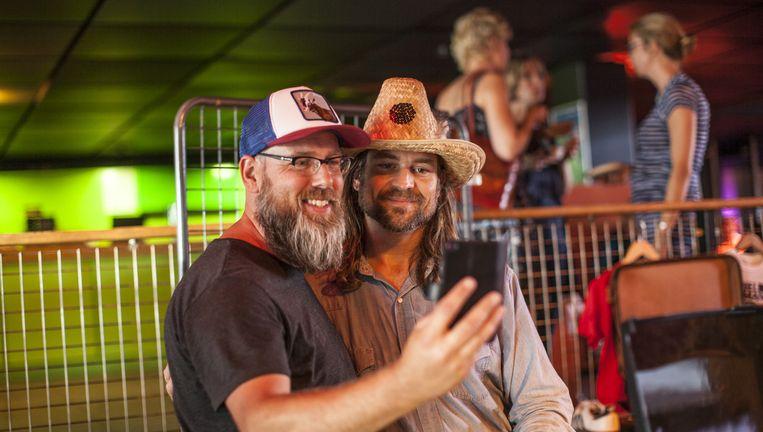 Karl Blau (rechts) gaat met een fan op de foto. Beeld Harry Cock